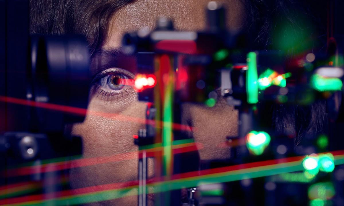 Knick in der Optik: Menschen fixieren neben dem Netzhautzentrum, um besser zu sehen