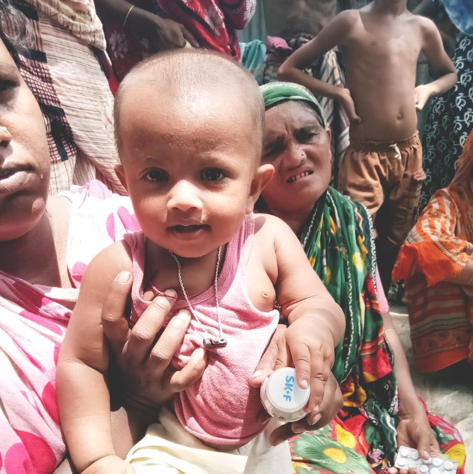 Arzt führt Augenoperation an einem Dorfbewohner durch